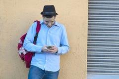 Νεαρός άνδρας με το κινητό τηλέφωνο Στοκ Εικόνες