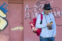 Νεαρός άνδρας με το κινητό τηλέφωνο Στοκ φωτογραφία με δικαίωμα ελεύθερης χρήσης