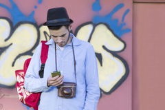Νεαρός άνδρας με το κινητό τηλέφωνο Στοκ εικόνα με δικαίωμα ελεύθερης χρήσης