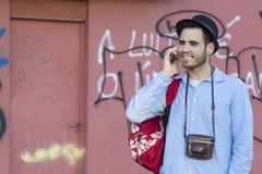 Νεαρός άνδρας με το κινητό τηλέφωνο Στοκ εικόνες με δικαίωμα ελεύθερης χρήσης
