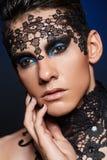 Νεαρός άνδρας με το σκοτεινό makeup Στοκ φωτογραφίες με δικαίωμα ελεύθερης χρήσης