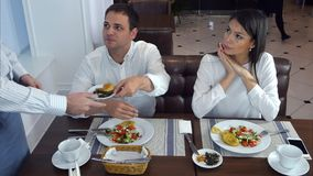 Νεαρός άνδρας μη ευχαριστημένος από τα τρόφιμά του και να ζητήσει από το σερβιτόρο για να ληφθεί μακριά στοκ εικόνα με δικαίωμα ελεύθερης χρήσης