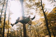 Νεαρός άνδρας που έχει τη διασκέδαση σε μια ταλάντευση σχοινιών Στοκ φωτογραφία με δικαίωμα ελεύθερης χρήσης