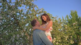 Νεαρός άνδρας που αγκαλιάζει τη φίλη και τις αυξήσεις του αυτή, τον φίλησε στη μύτη απόθεμα βίντεο
