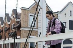 Νεαρός άνδρας που ακούει τη μουσική σε μια οδό πόλεων Στοκ Φωτογραφία