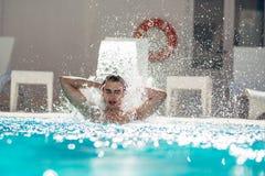 Νεαρός άνδρας που απολαμβάνει pool spa την ημέρα στη χαλάρωση του θερέτρου διακοπών Χαϊδεμένο άτομο, μετρό σεξουαλικό, φροντίζοντ Στοκ Εικόνα