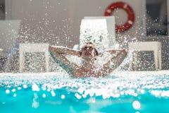 Νεαρός άνδρας που απολαμβάνει pool spa την ημέρα στη χαλάρωση του θερέτρου διακοπών Χαϊδεμένο άτομο, μετρό σεξουαλικό, φροντίζοντ Στοκ φωτογραφίες με δικαίωμα ελεύθερης χρήσης