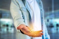 Νεαρός άνδρας που δίνει μια ιδέα λαμπτήρων βολβών στο γραφείο Στοκ φωτογραφία με δικαίωμα ελεύθερης χρήσης