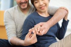 Νεαρός άνδρας που δίνει το δαχτυλίδι αρραβώνων στην όμορφη φίλη του στοκ φωτογραφία με δικαίωμα ελεύθερης χρήσης