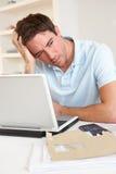 Νεαρός άνδρας που εργάζεται με το φορητό προσωπικό υπολογιστή στοκ εικόνες με δικαίωμα ελεύθερης χρήσης