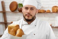 Νεαρός άνδρας που εργάζεται στο αρτοποιείο του Στοκ Εικόνες