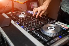 Νεαρός άνδρας που εργάζεται ως DJ με τον αναμίκτη Ρηχή εστίαση σε ετοιμότητα Στοκ φωτογραφίες με δικαίωμα ελεύθερης χρήσης