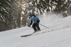 Νεαρός άνδρας που κάνει σκι στη υψηλή ταχύτητα Στοκ Εικόνες