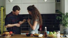 Νεαρός άνδρας που κάνει την πρόταση στη φίλη του ενώ αυτή που μαγειρεύει στην κουζίνα στο σπίτι Αυτός που βάζει το δαχτυλίδι στο  φιλμ μικρού μήκους