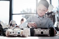 Νεαρός άνδρας που κατασκευάζει τη ρομποτική μηχανή του Στοκ Εικόνες