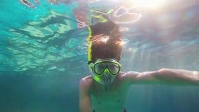 Νεαρός άνδρας που κολυμπά στα γυαλιά υποβρύχια, 1920x1080 φιλμ μικρού μήκους