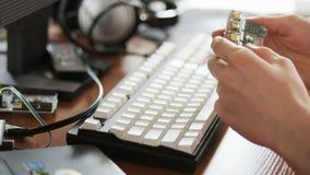Νεαρός άνδρας που κρατά ένα ολοκληρωμένο κύκλωμα στα χέρια του απόθεμα βίντεο