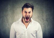Νεαρός άνδρας που κραυγάζει στο θυμό Στοκ εικόνες με δικαίωμα ελεύθερης χρήσης