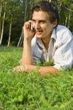 Νεαρός άνδρας που μιλά στο τηλέφωνο στο πάρκο Στοκ φωτογραφία με δικαίωμα ελεύθερης χρήσης