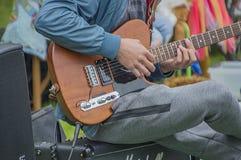 Νεαρός άνδρας που παίζει την κιθάρα στο Vondelpark σε Kingsday Άμστερνταμ οι Κάτω Χώρες 2018 Στοκ εικόνα με δικαίωμα ελεύθερης χρήσης