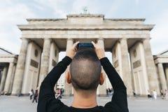 Νεαρός άνδρας που παίρνει μια εικόνα της πύλης του Βραδεμβούργου Στοκ Εικόνα
