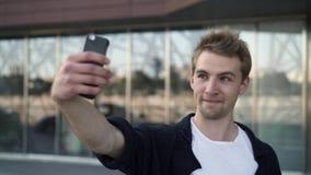 Νεαρός άνδρας που παίρνει selfies με τις διαφορετικές εκφράσεις απόθεμα βίντεο