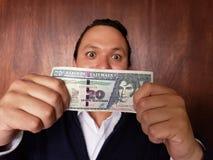 νεαρός άνδρας που παρουσιάζει και που κρατά της Γουατεμάλας τραπεζογραμμάτιο είκοσι quetzales στοκ φωτογραφίες με δικαίωμα ελεύθερης χρήσης