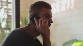 Νεαρός άνδρας που περιμένει μια ημερομηνία που καλεί τη φίλη του απόθεμα βίντεο