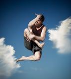 Νεαρός άνδρας που πηδά στην παραλία Στοκ Εικόνα