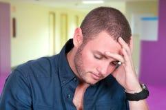 Νεαρός άνδρας που πιέζεται και λυπημένος Στοκ εικόνες με δικαίωμα ελεύθερης χρήσης