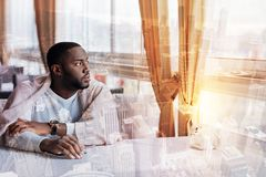 Νεαρός άνδρας που σκέφτεται για τη ζωή Στοκ εικόνα με δικαίωμα ελεύθερης χρήσης
