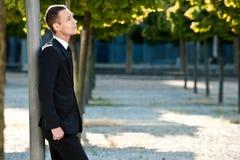 Νεαρός άνδρας που σκέφτεται στο πάρκο Στοκ Εικόνα