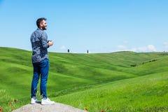 Νεαρός άνδρας που ταξιδεύει μέσω της Τοσκάνης στοκ φωτογραφία