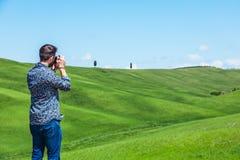 Νεαρός άνδρας που ταξιδεύει μέσω της Τοσκάνης στοκ εικόνες με δικαίωμα ελεύθερης χρήσης