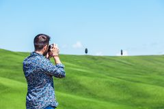Νεαρός άνδρας που ταξιδεύει μέσω της Τοσκάνης στοκ εικόνες