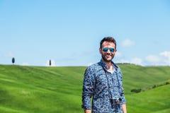 Νεαρός άνδρας που ταξιδεύει μέσω της Τοσκάνης στοκ εικόνα