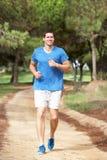 Νεαρός άνδρας που τρέχει στο πάρκο στοκ φωτογραφία