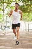 Νεαρός άνδρας που τρέχει στο πάρκο Στοκ φωτογραφίες με δικαίωμα ελεύθερης χρήσης
