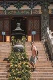 Νεαρός άνδρας που υπερασπίζεται Po Lin το μοναστήρι Στοκ εικόνα με δικαίωμα ελεύθερης χρήσης