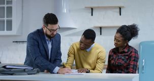 Νεαρός άνδρας που υπογράφει τη σύμβαση ιδιοκτησίας με τη σύζυγό του απόθεμα βίντεο
