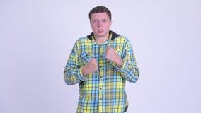 Νεαρός άνδρας που φαίνεται 0 και εξαγριωμένος φιλμ μικρού μήκους