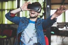 Νεαρός άνδρας που φορά τα γυαλιά εικονικής πραγματικότητας στο σύγχρονο εσωτερικό coworking στούντιο σχεδίου Smartphone χρησιμοπο Στοκ φωτογραφία με δικαίωμα ελεύθερης χρήσης