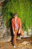 Νεαρός άνδρας που φορά τα γυαλιά ηλίου, που χαλαρώνουν στο Central Park, Νέα Υόρκη Στοκ Εικόνα