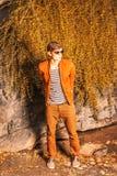 Νεαρός άνδρας που φορά τα γυαλιά ηλίου, που χαλαρώνουν στο Central Park, Νέα Υόρκη Στοκ Φωτογραφία