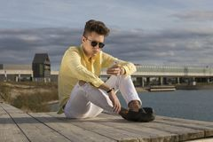 Νεαρός άνδρας που φορά τα τζιν και τα γυαλιά ηλίου Στοκ εικόνες με δικαίωμα ελεύθερης χρήσης