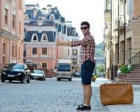 Νεαρός άνδρας που φυλλομετρεί έναν γύρο Στοκ Εικόνα