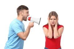 Νεαρός άνδρας που φωνάζει megaphone στη γυναίκα Στοκ Εικόνα