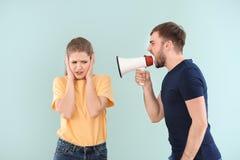 Νεαρός άνδρας που φωνάζει megaphone στη γυναίκα Στοκ φωτογραφίες με δικαίωμα ελεύθερης χρήσης