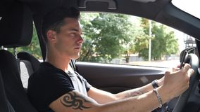 Νεαρός άνδρας που χρησιμοποιεί το τηλεφωνικό Drive αυτοκίνητο κυττάρων του φιλμ μικρού μήκους