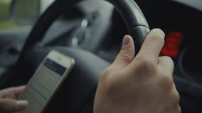 Νεαρός άνδρας που χρησιμοποιεί το χάρτη app στο smartphone του σε ένα αυτοκίνητο Στοκ εικόνες με δικαίωμα ελεύθερης χρήσης